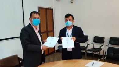 Photo of कार्यकारी अध्यक्ष डा. महेन्द्र विष्टसँग कार्य सम्पादन सम्झौता गर्दै नेपाल टेलिभिजनका विभागीय प्रमुखहरु