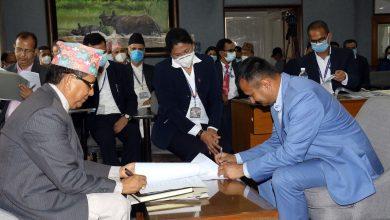 Photo of सञ्चार तथा सूचना प्रविधि सचिव हरि बस्यालसँग कार्य सम्पादन सम्झौता गर्दै नेपाल टेलिभिजनका कार्यकारी अध्यक्ष डा. महेन्द्र विष्ट